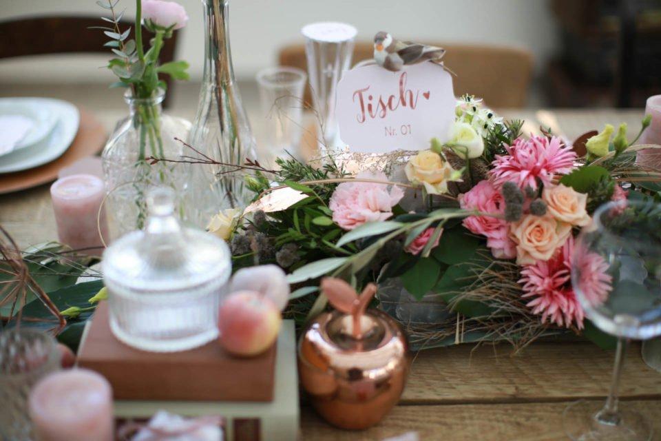 Vintage Hochzeit - Tischdeko mit kleinen Blumenvasen