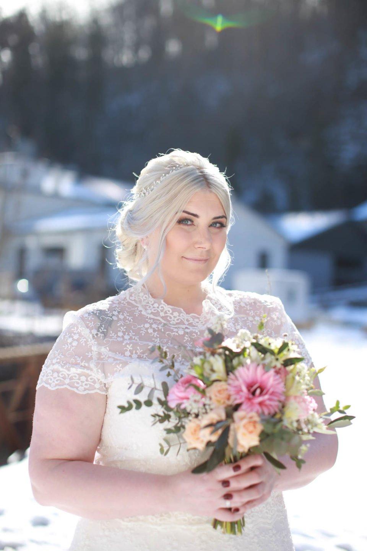 Curvy Braut im Schnee