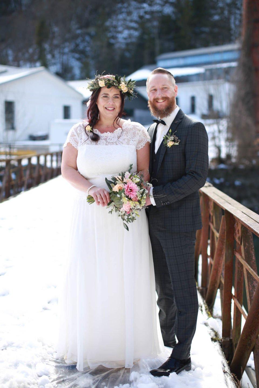 Brautpaar mit Curvy Brautkleid aus Spitze und bärtigem Bräutigam