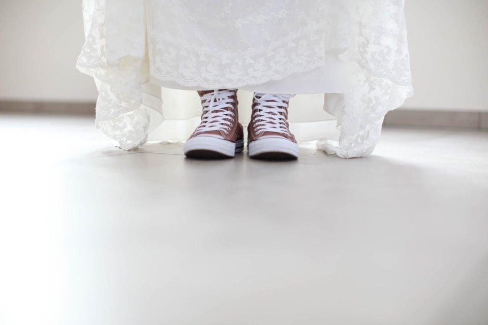 Hochzeitskleid mit Chucks