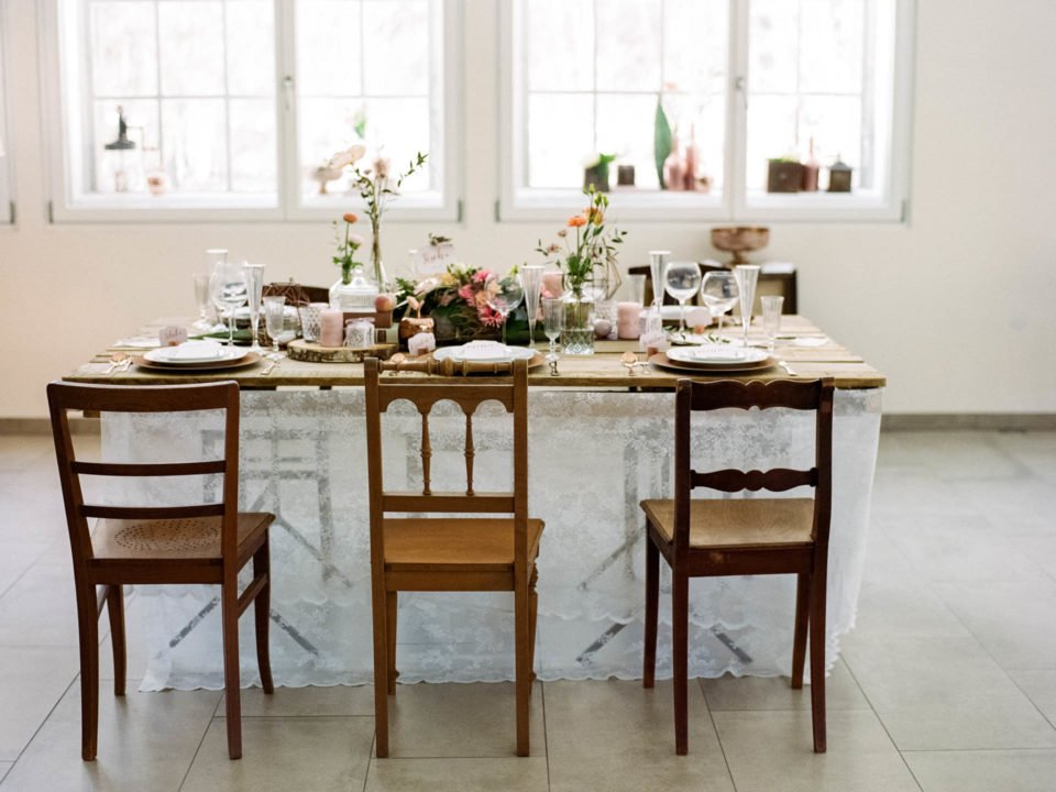 Vintage Hochzeitstisch mit Holzstühlen