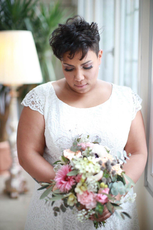 Curvy Brautkleid mit Spitze an Kurzhaar-Braut