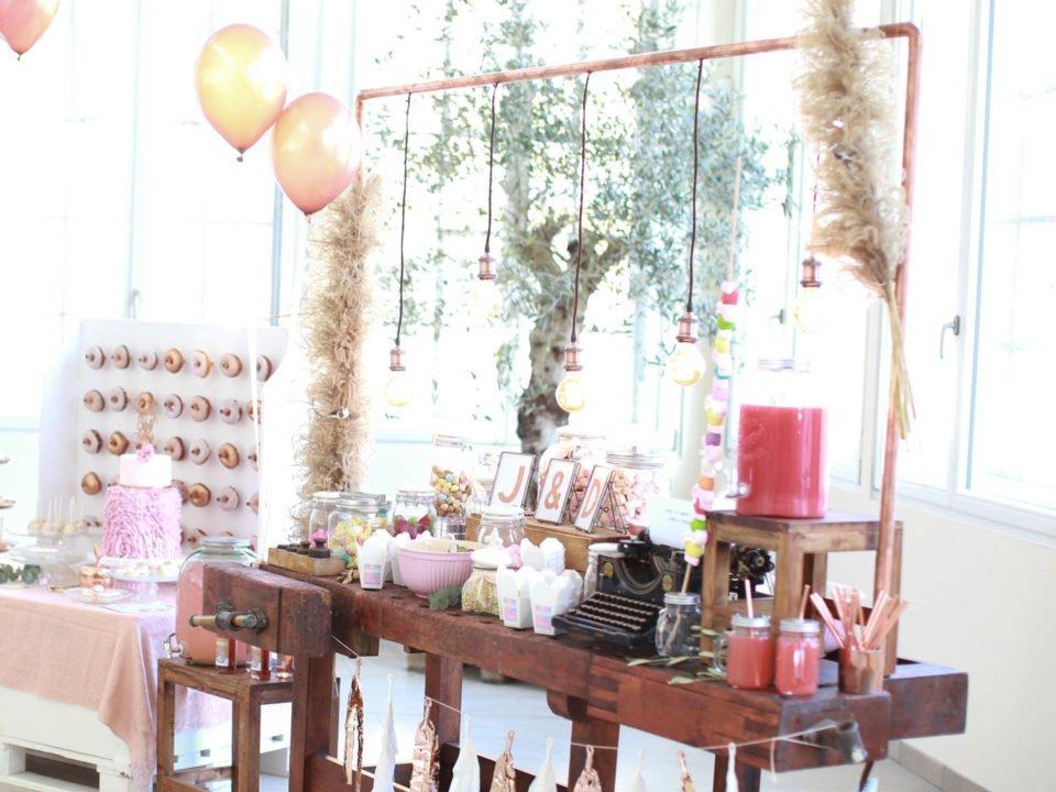 Vintage Hochzeitstisch mit Kupferrohren und Donat-Wand