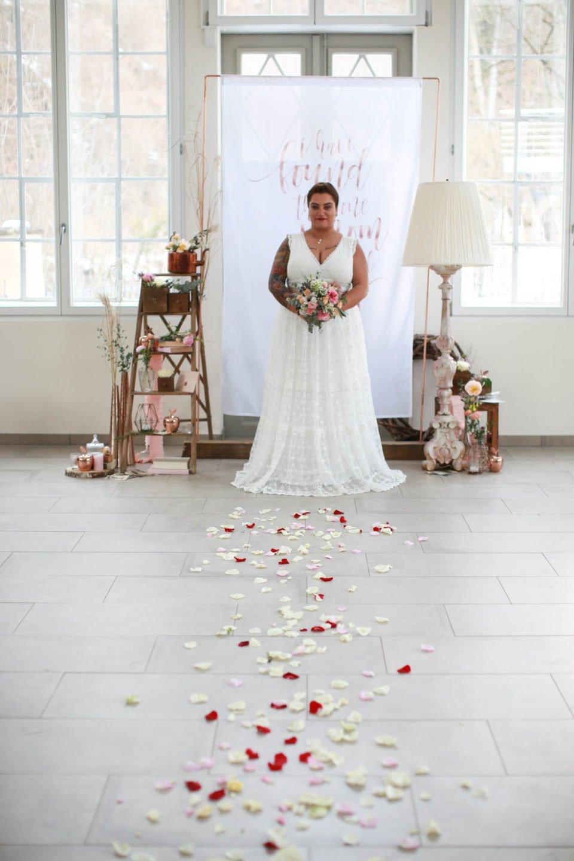 Tätowierte Braut im Curvy Brautkleid mit Spitze und V-Ausschnitt