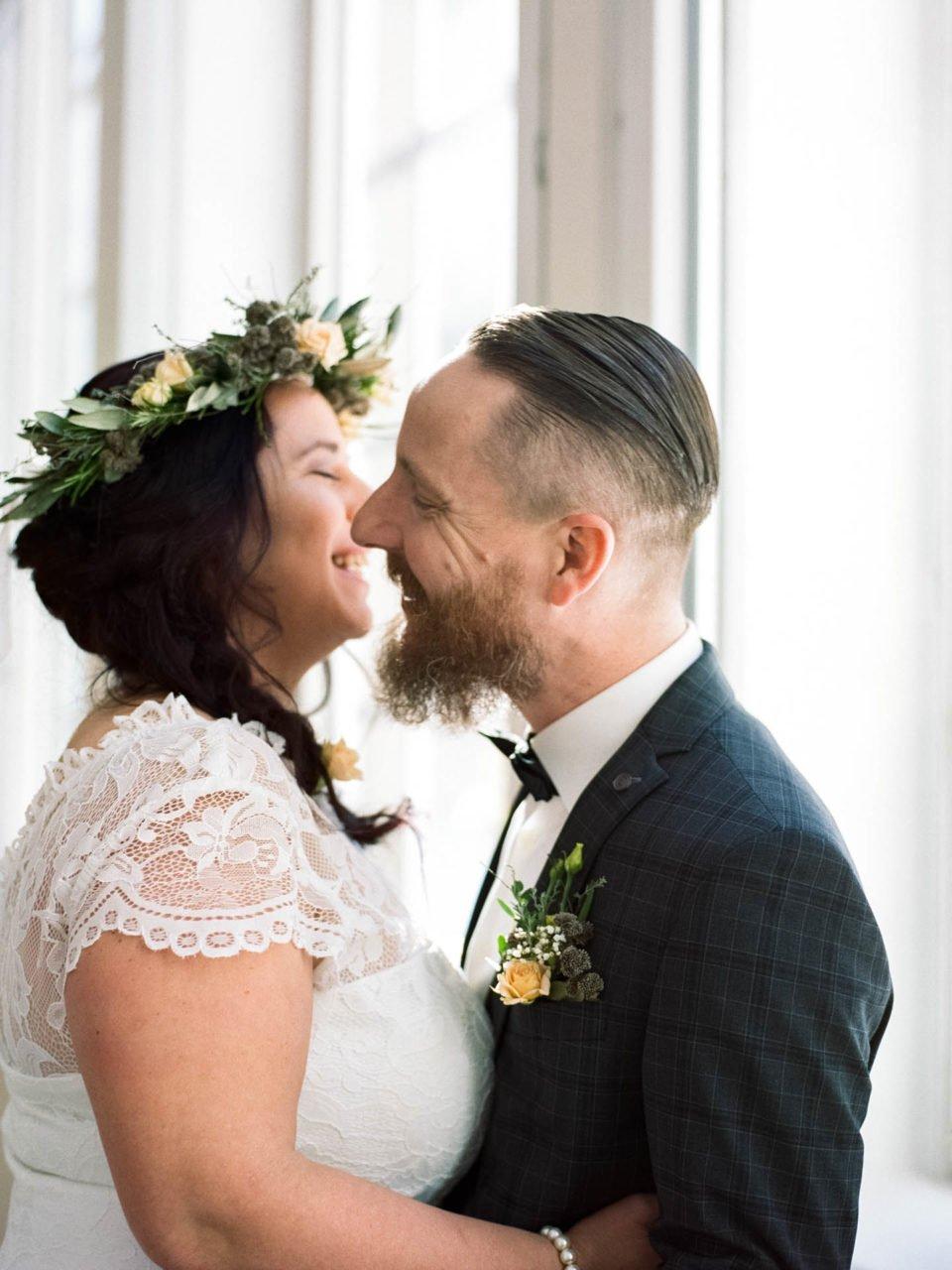 Brautpaar umarmt sich und lacht schön