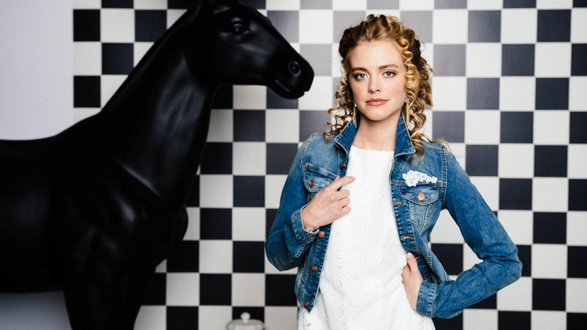 Brautkleider 2020 – coole Jeansjacke & große Accessoiresauswahl