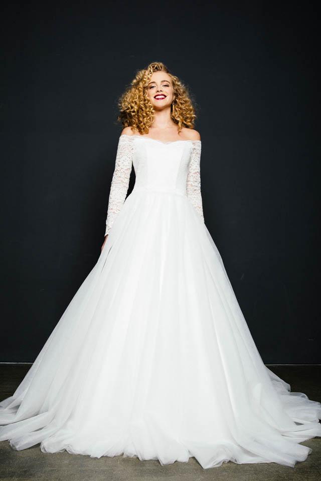 Brautkleid Langarm in Spitze mit Carmenausschnitt & tollem Tüllrock – Rotkäppchen