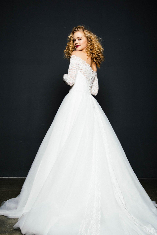 Brautkleid mit Carmenausschnitt und Tüllrock