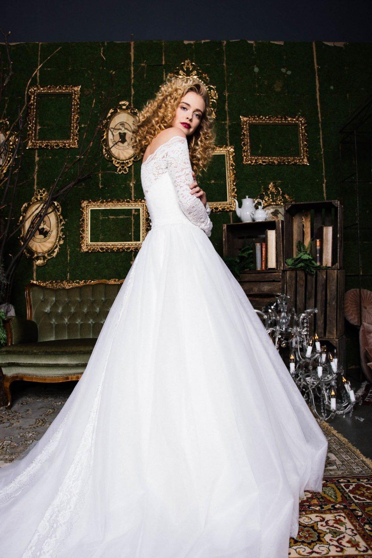 Langarm Hochzeitskleid mit Carmenausschnitt