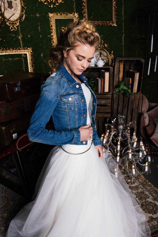 Moderne Braut mit Jeansjacke