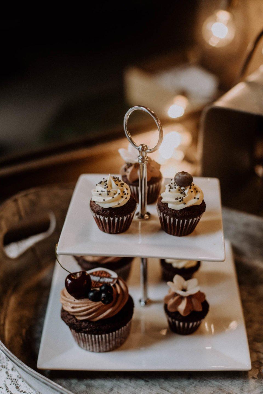 Cup Cakes auf zweistöckiger Etagere