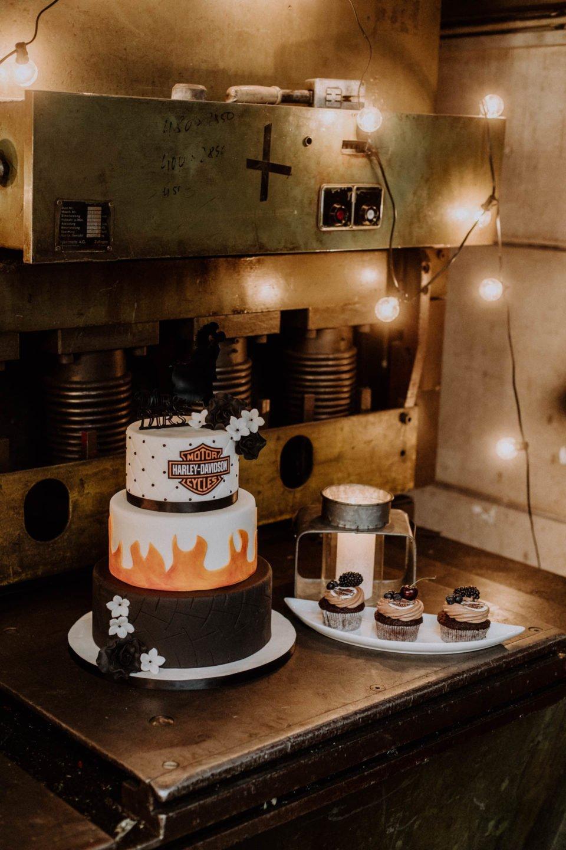 Harley Hochzeitstorte neben Cup Cakes