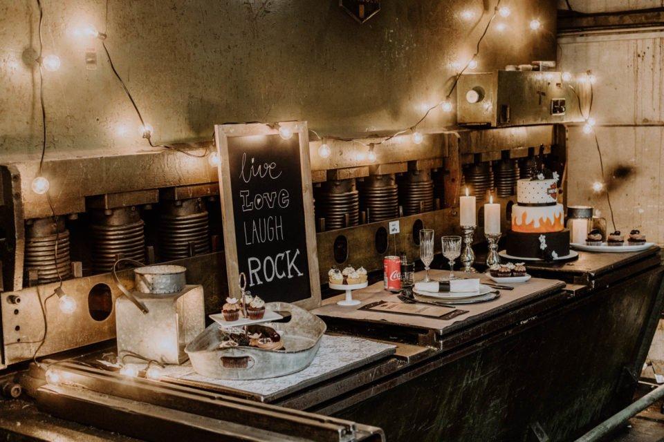 Tafel mit live, love, laugh, rock neben Deko und Harley Hochzeitstorte
