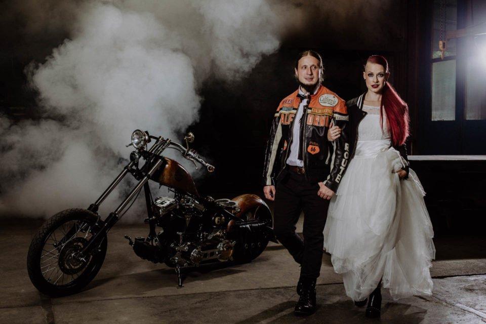 Biker Brautpaar mit Harley im Hintergrund