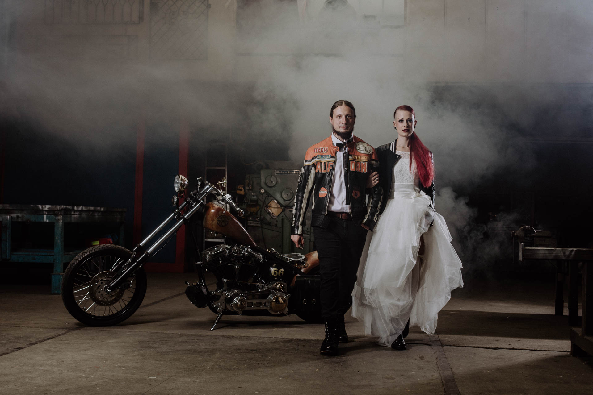 Biker Hochzeit – zwei Paare beim rockigen kuessdiebraut Fotoshoot