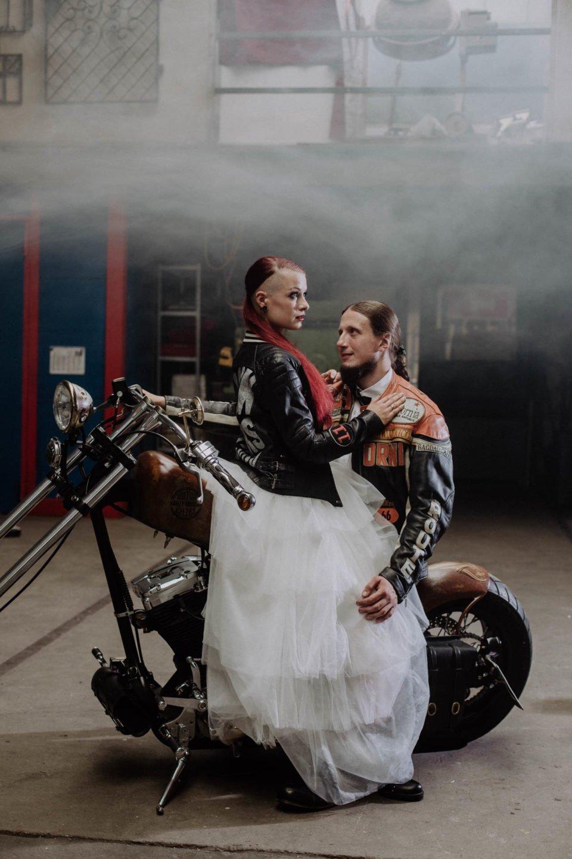 Rocker Brautpaar auf dem Motorrad bei der Biker Hochzeit