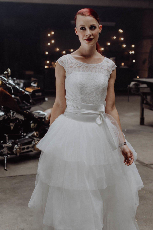 Biker Braut mit Brautrock zum kurzen Brautkleid
