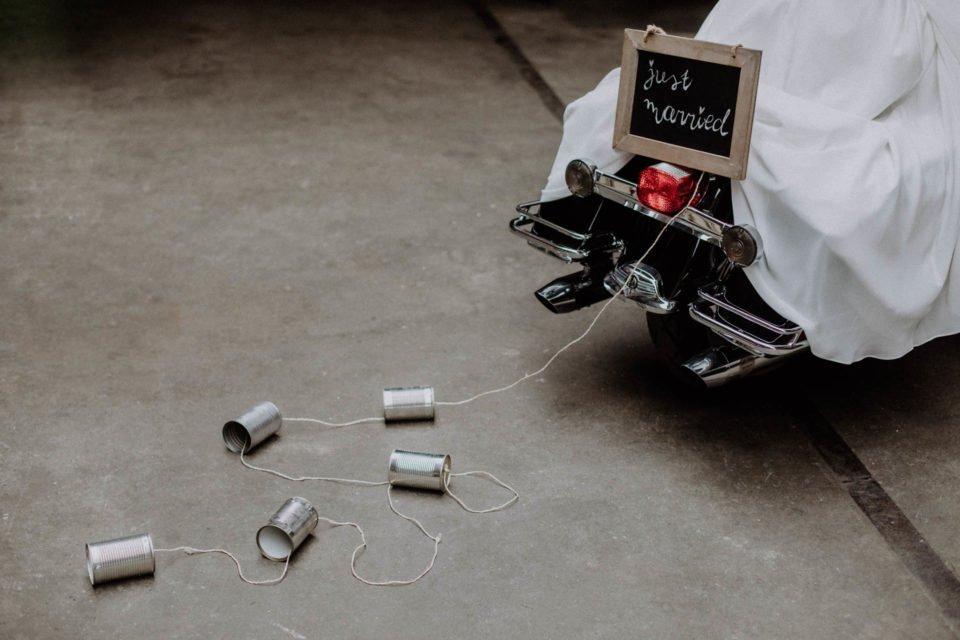Just Married Schild auf Motorrad mit Blechdosen