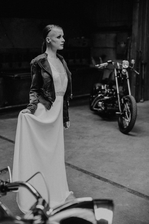 Rocker Braut mit Lederjacke
