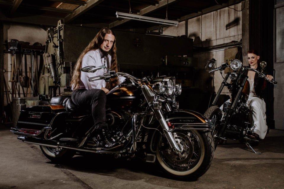 Biker Hochzeit - Brautpaar sitzt auf Motorrädern