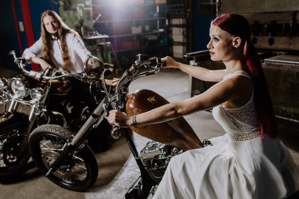Biker Hochzeit - Brautpaar sitzt auf Harleys