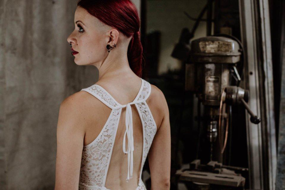 rothaarige Braut im rückenfreien Brautkleid