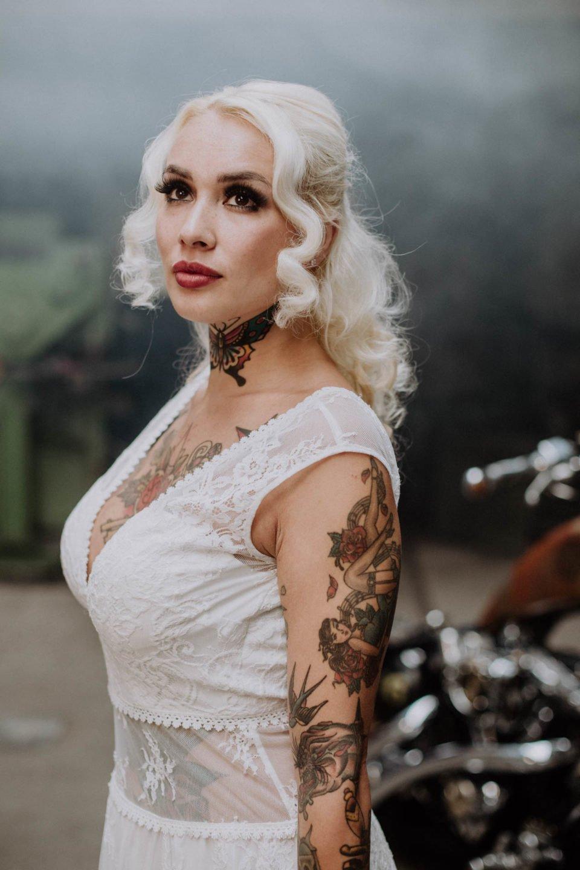 Tätowierte Braut im bauchfreien Brautkleid