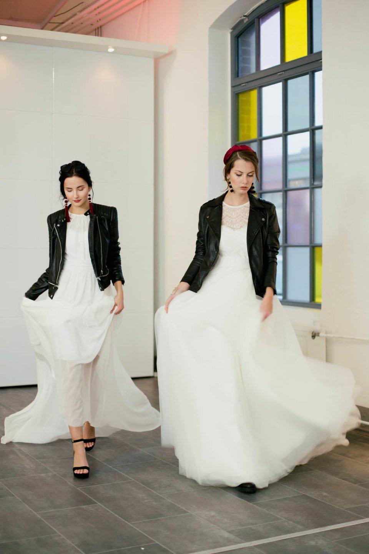 Brautkleider minimalistisch und clean mit Lederjacke