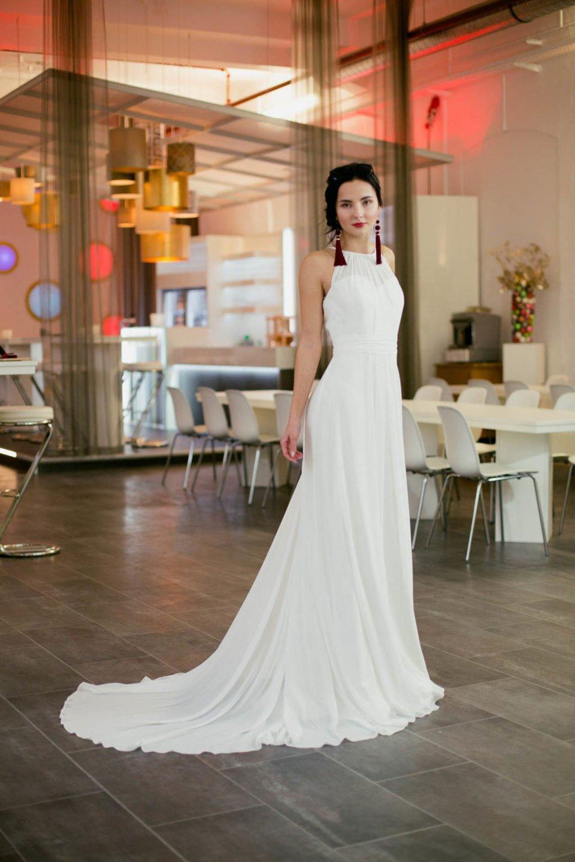 Schlichtes Brautkleid mit Schleppe