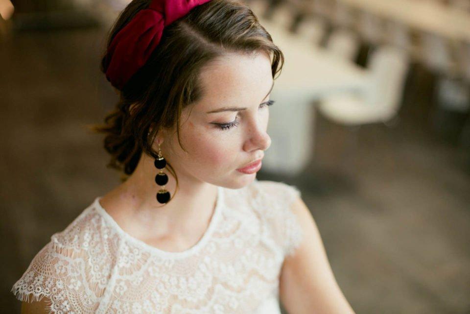 Braut mit Spitzenbolero und Haarband