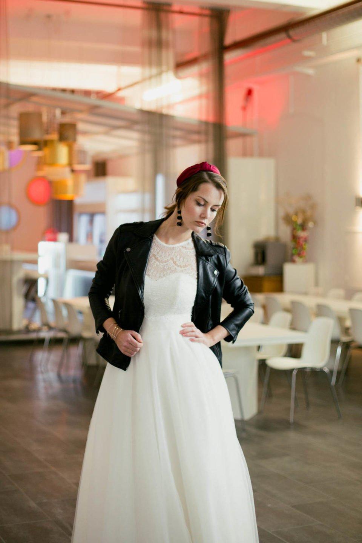 coole Braut mit Lederjacke und Tüllrock
