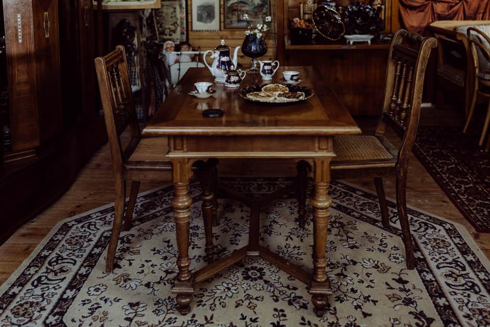 Holztisch mit Kaffeeservice für Brautpaar gedeckt