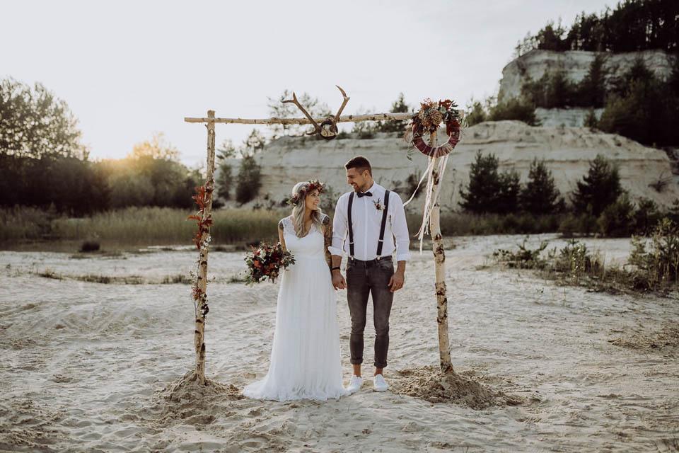 Brautpaar unter Traubogen bei Elopement Hochzeit