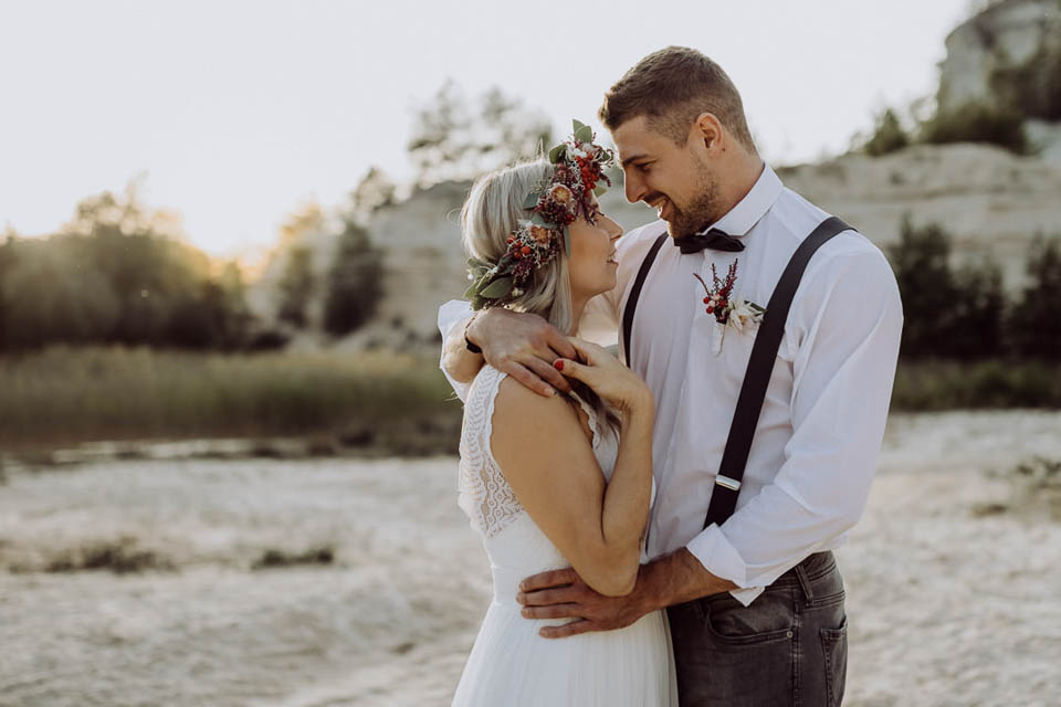 Verliebtes Boho Brautpaar in den Dünen