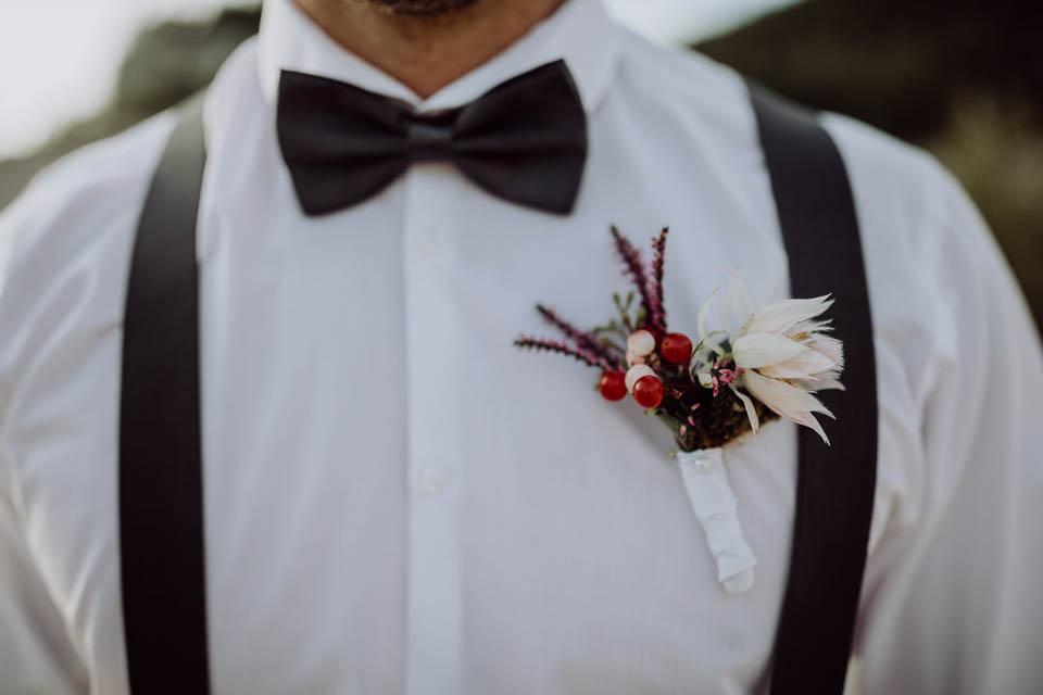 Einsteckblumen auf dem Hemd des Bräutigams