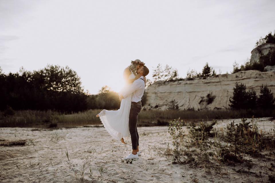 Brautpaar bei Elopement Hochzeit im Sonnenuntergang