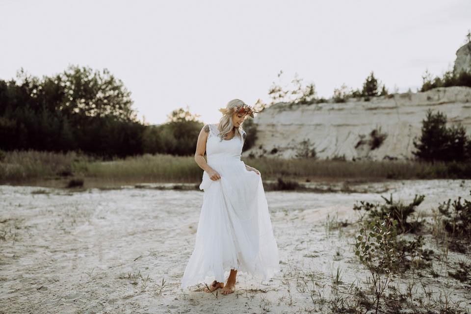 tanzende Braut im Boho Brautkleid