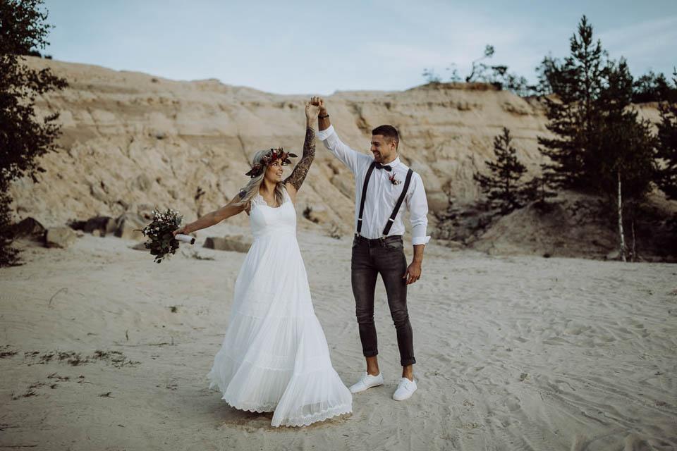 Elopement Hochzeit - Brautpaar tanzt im Sand