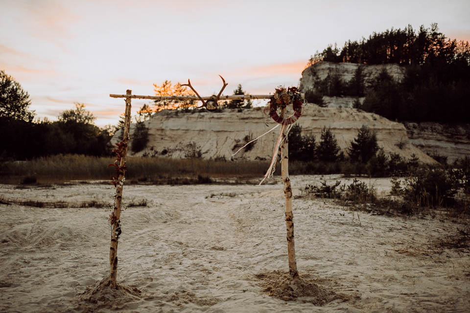 Traubogen aus Bikenstämmen im Sand bei Sonnenuntergang
