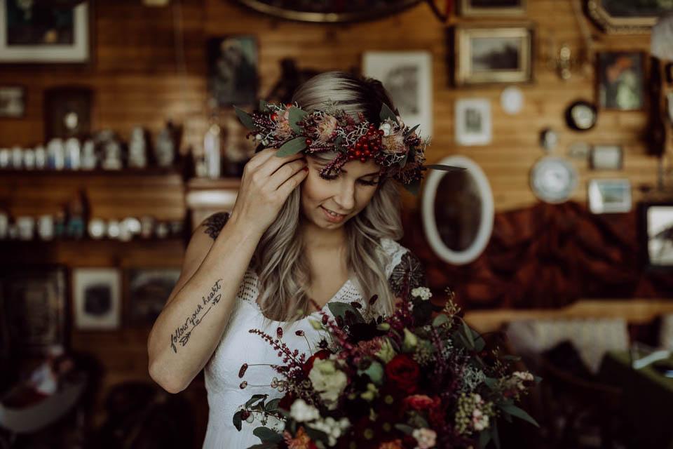 Boho Braut mit Blumenhaarkranz und Brautstrauß