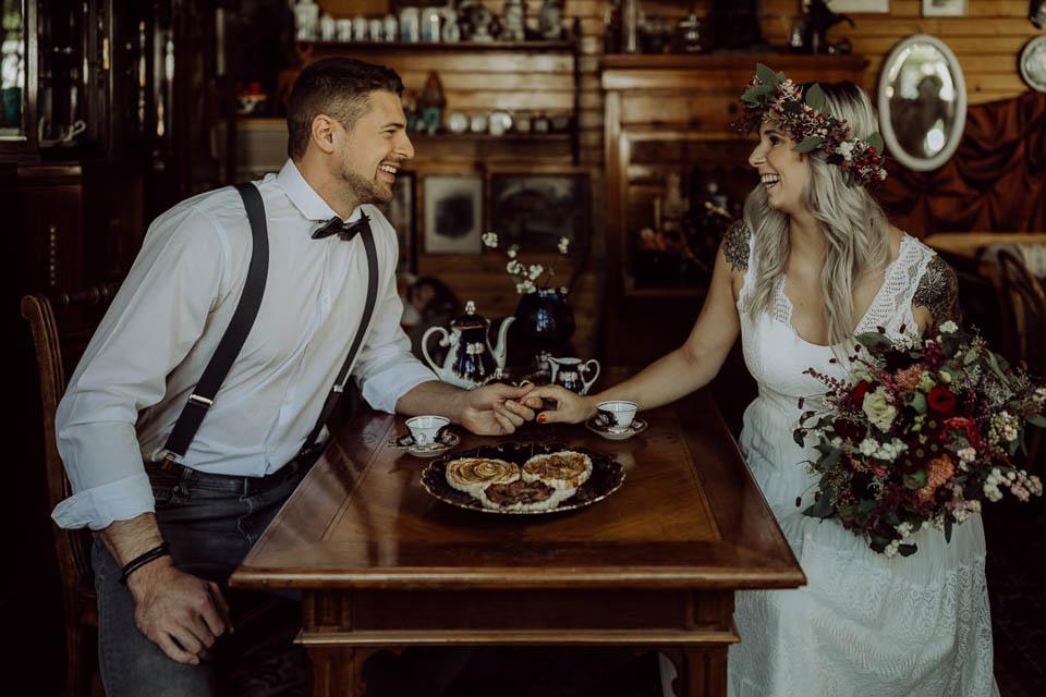 lachendes Brautpaar bei Elopement Hochzeit