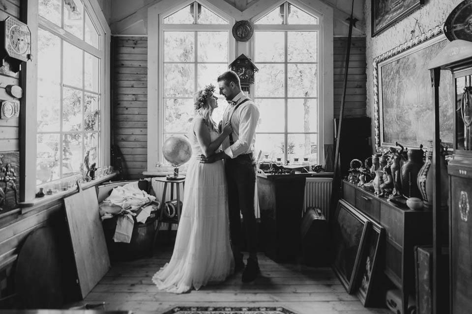Boho Brautpaar umarmt sich