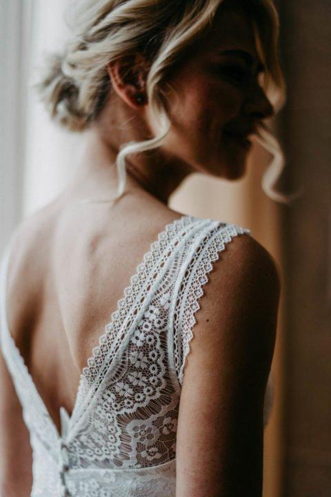 Brautkleid mit Spitzenträgern von hinten