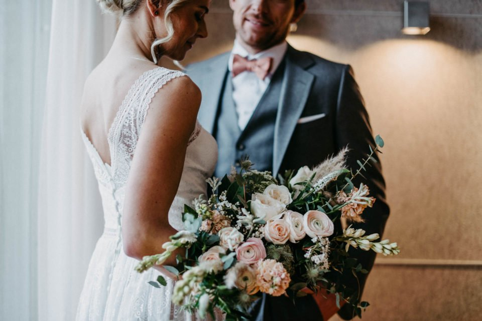 Brautpaar mit modernem Brautstrauß
