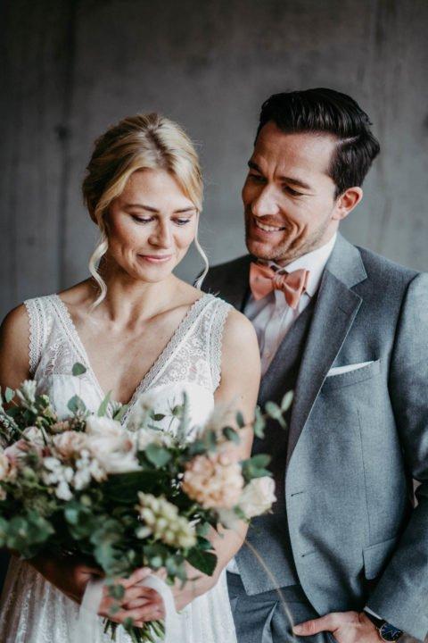 Modernes Brautpaar mit großem Brautstrauß