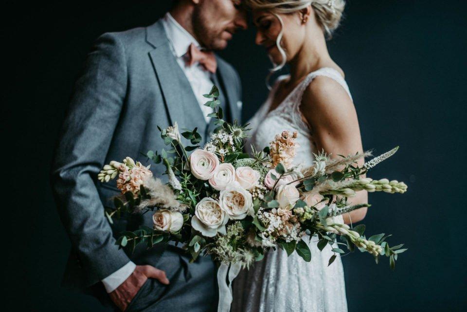 moderner Brautstrauß mit großen Rosen