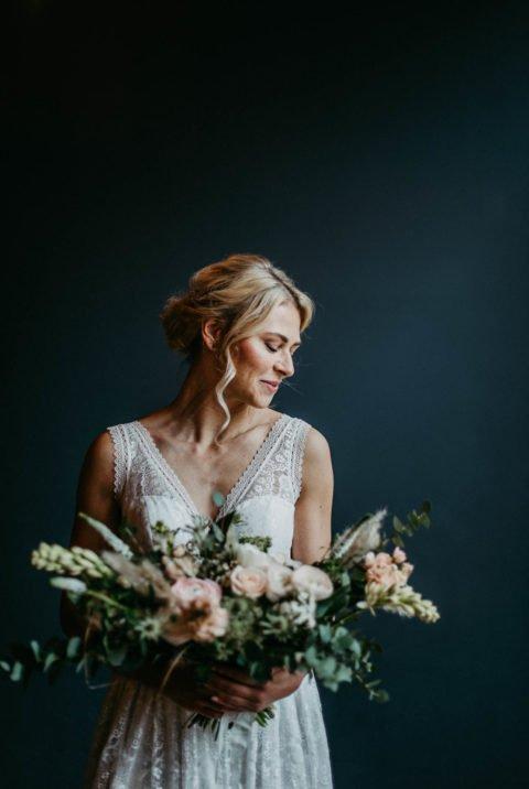 Schöne Braut mit Brautstrauß