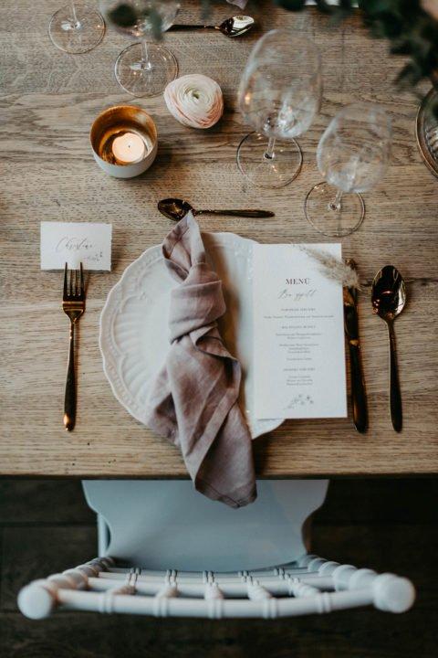 modern heiraten - Teller mit Menükarte von oben fotografiert