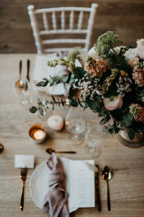 Tisch bei moderner Hochzeitsinspiration von oben fotografiert