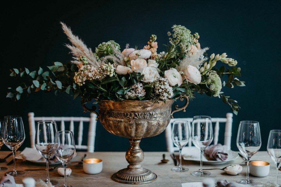 modern heiraten - Tischdeko mit großem Blumenstrauss in goldenem Gefäß